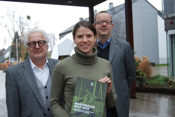 Annike Krahn mit Gundolf Walaschewski (l.) und Wilfried Busch (r.)
