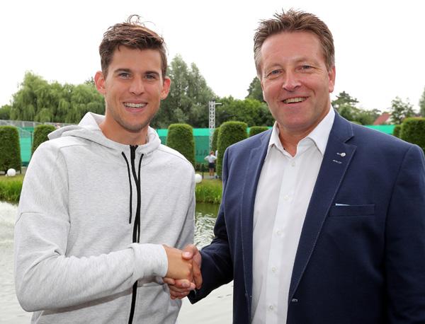 French Open-Finalist Dominic Thiem (links) ist in HalleWestfalen eingetroffen und wird von Turnierdirektor Ralf Weber im GERRY WEBER SPORTPARK HOTEL begrüßt.