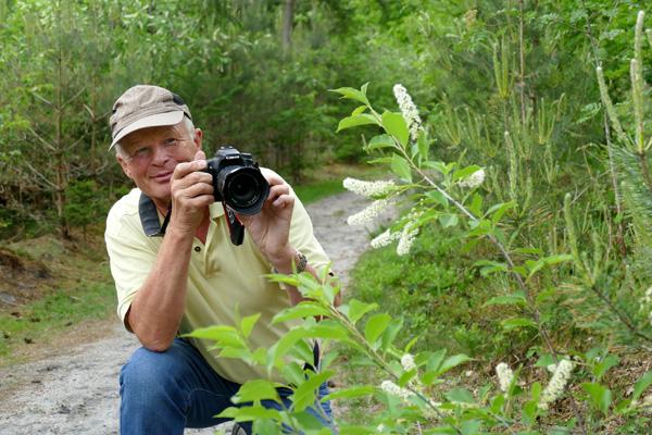 Der Hobbyfotograf Martin Düsterberg aus Leopoldshöhe leitet die Fotowanderung und gibt den Teilnehmern Tipps.©Christina Ritzau/Haus Neuland