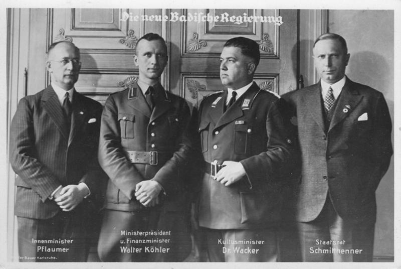 Vier Männer in Uniform.
