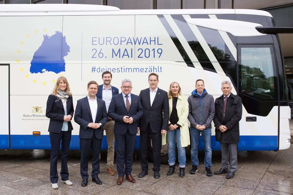 Gruppenfoto vor einem Bus.