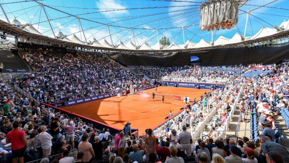 Tennisplatz mit Publikum
