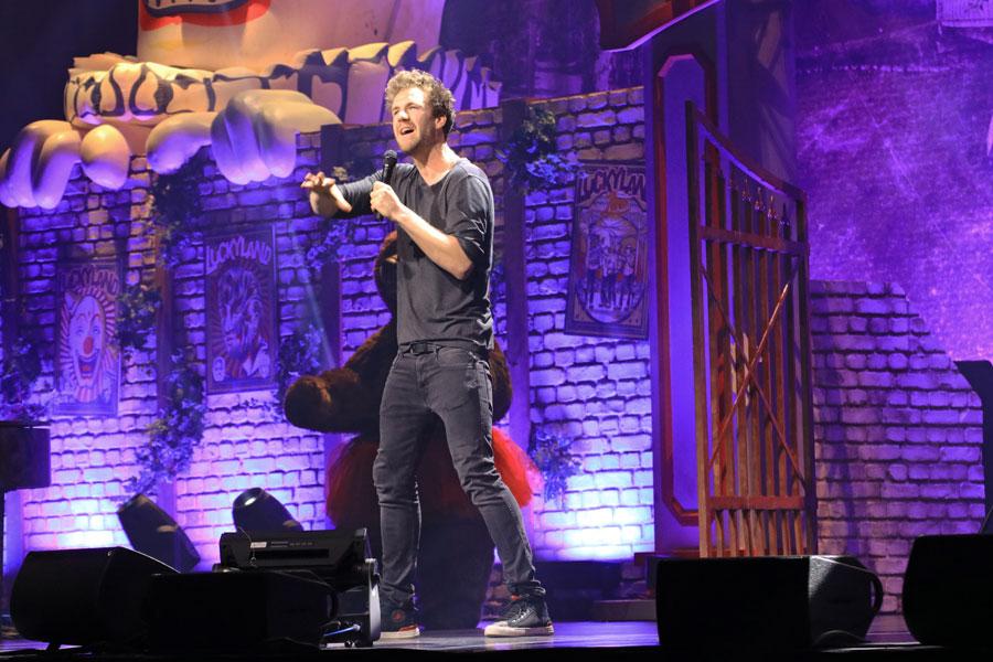 Luke gestikuliert auf der Bühne