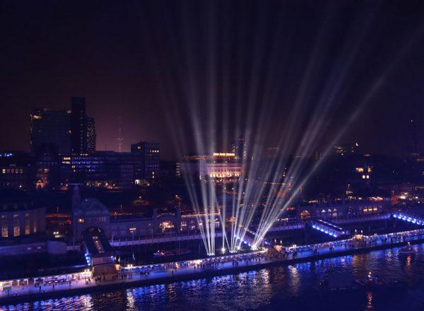 Grandioses Spektakel aus Licht und Megaliner in Hamburg