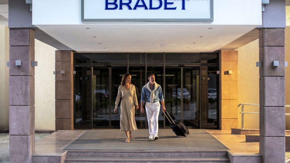 Ein Paar beim Verlassen eines Hotels