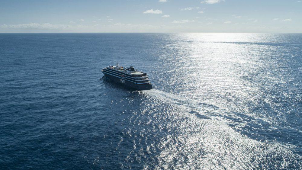 Schiff auf Meer