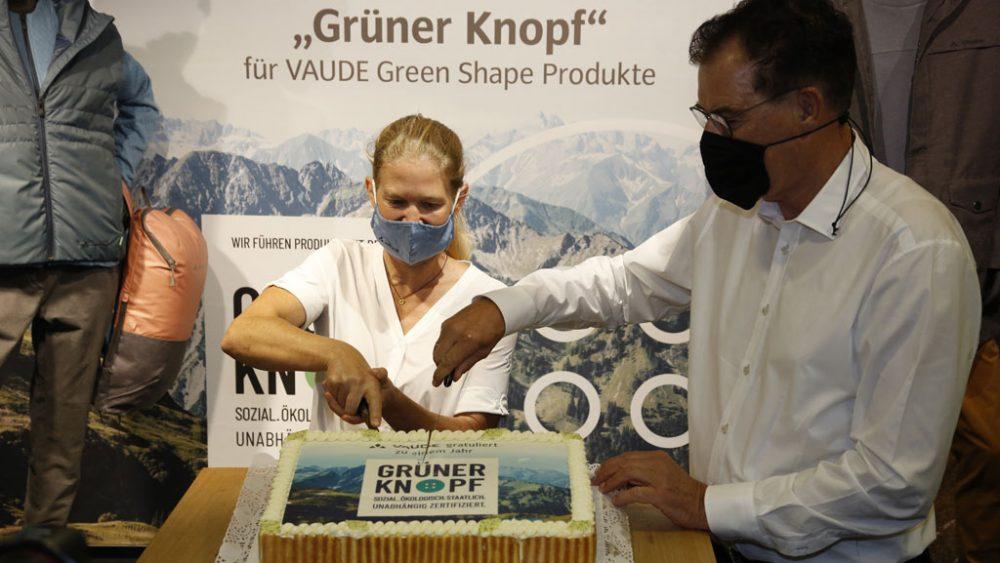 Antje von Dewitz und Gerd Müller schneiden den Geburtstagskuchen an.
