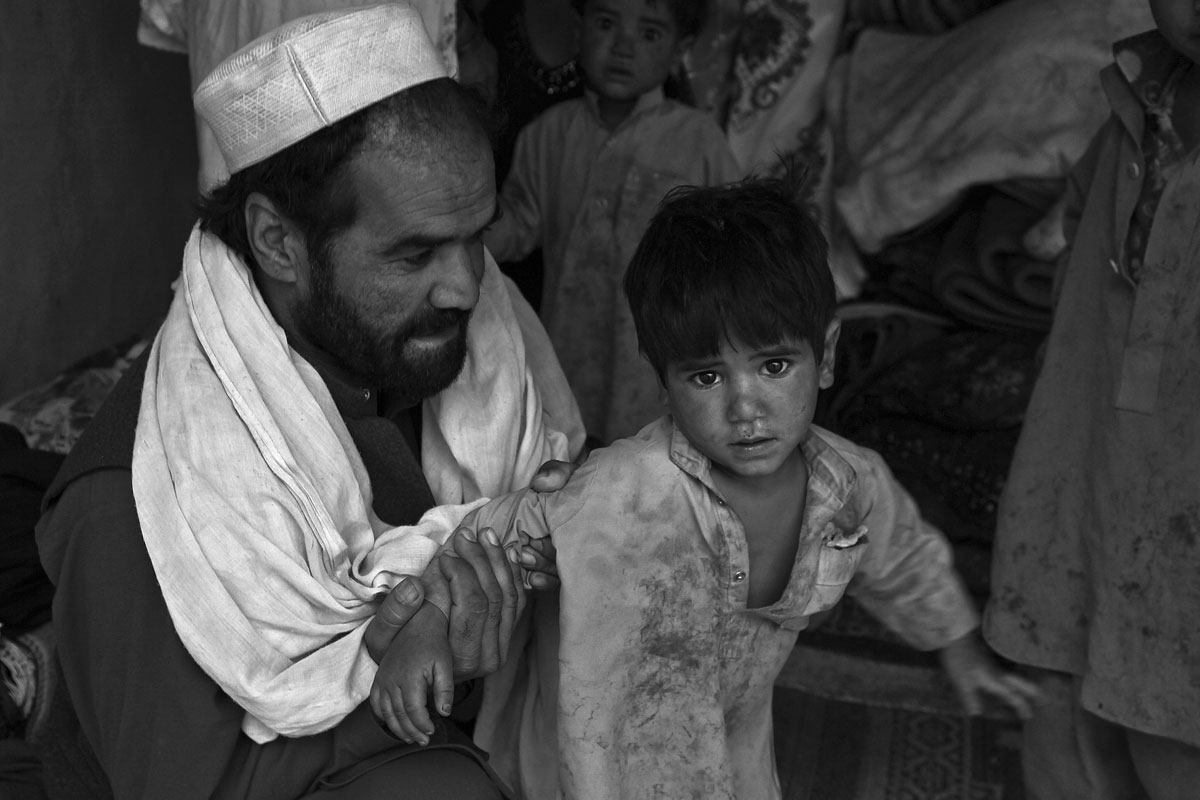 Afghane hält Kind